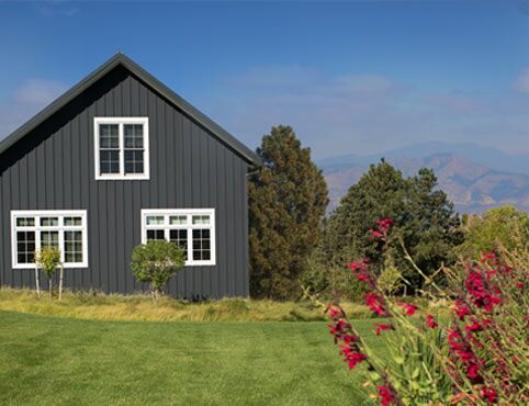 Exterior ranch style home in the Rockies with paneled gray siding in Black Satin 2131-10.